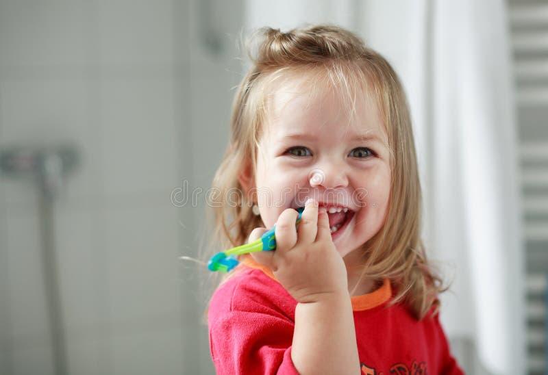 flicka henne liten tandtvätt royaltyfri foto