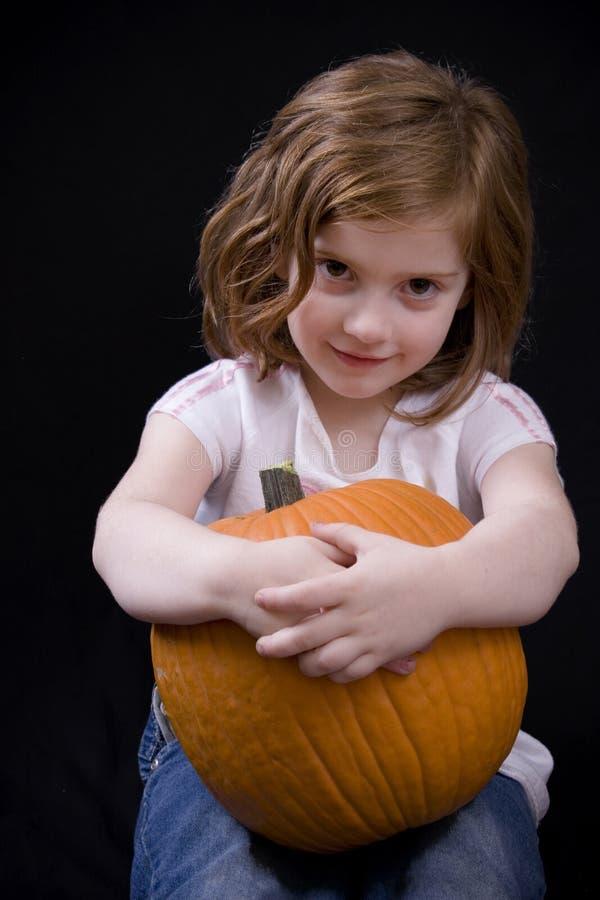 flicka henne little av pumpauppvisning royaltyfri fotografi
