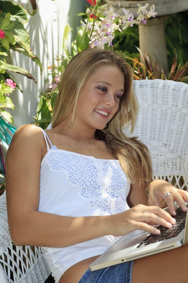 flicka henne tonårs- bärbar dator arkivbilder
