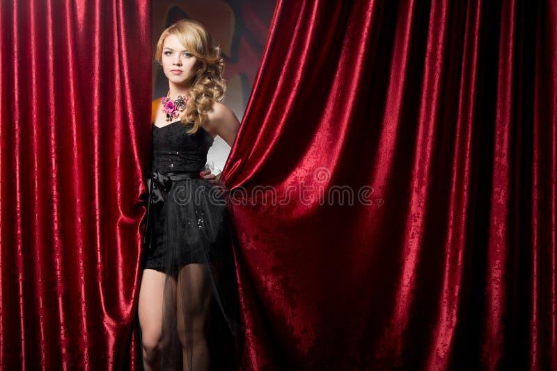 Flicka i aftonklänning på partiet royaltyfri foto