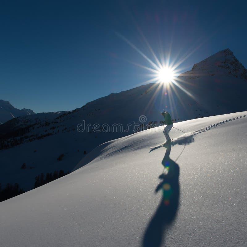 Flicka i av-piste skidåkning arkivfoton