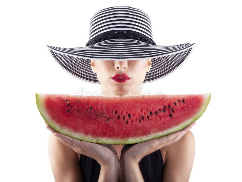 Flicka i baddräkt med den röda vattenmelon i hand royaltyfri fotografi