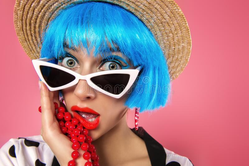 Flicka i blå peruk fotografering för bildbyråer