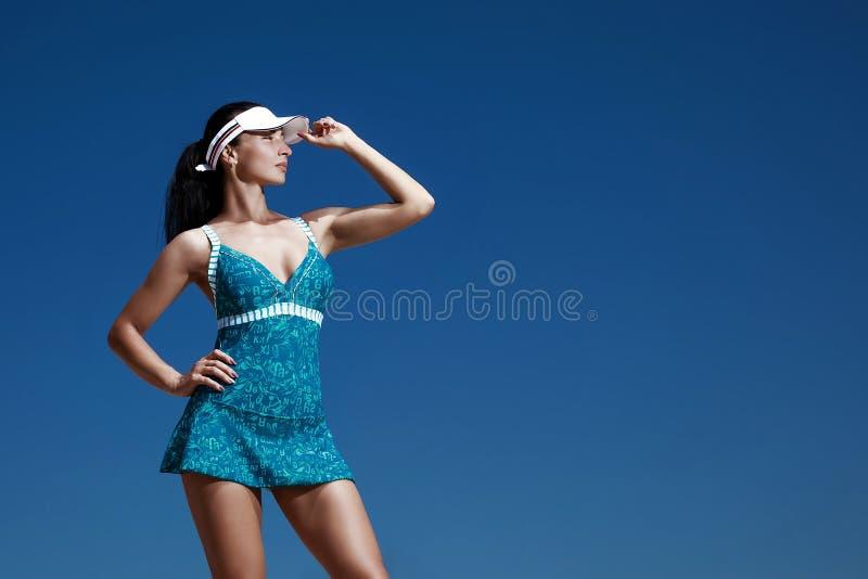 Flicka i blå sportklänning fotografering för bildbyråer