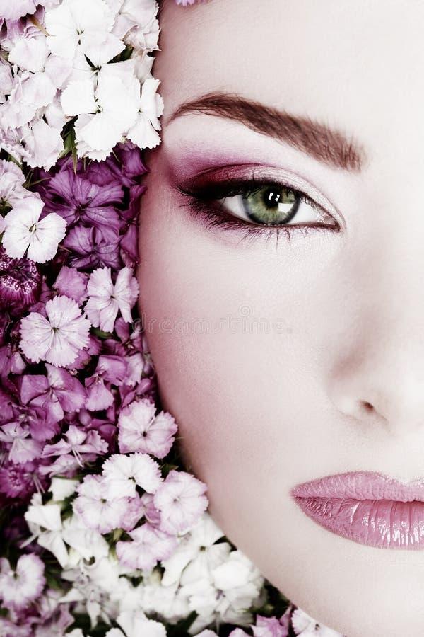 Flicka i blommor fotografering för bildbyråer