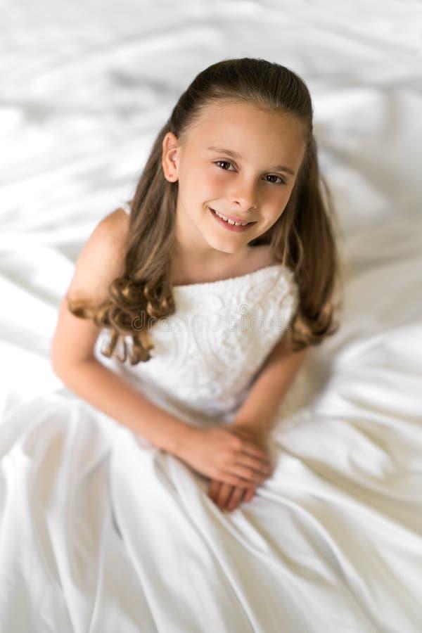 Flicka i bröllopsklänning royaltyfri foto
