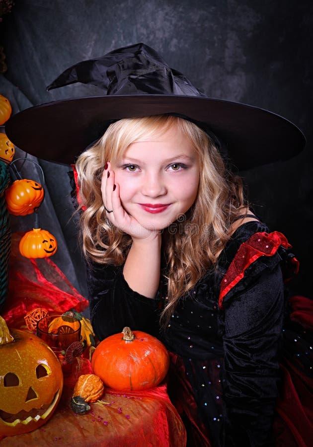 Flicka i den Halloween dräkten arkivbilder