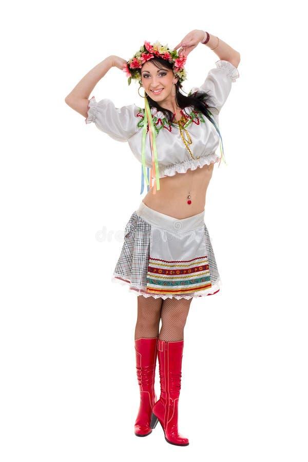 Flicka i den polska nationella traditionella dräkten som poserar, full längdstående mot isolerad vit royaltyfria foton
