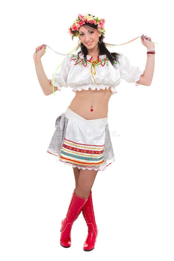 Flicka i den polska nationella traditionella dräkten som poserar, full längdstående mot isolerad vit arkivbilder