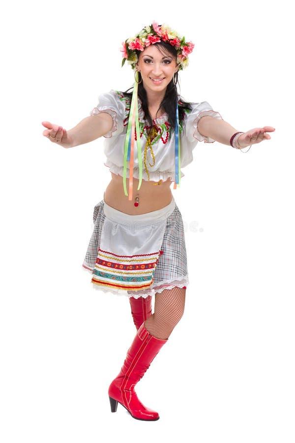 Flicka i den polska nationella traditionella dräkten som poserar, full längdstående mot isolerad vit fotografering för bildbyråer