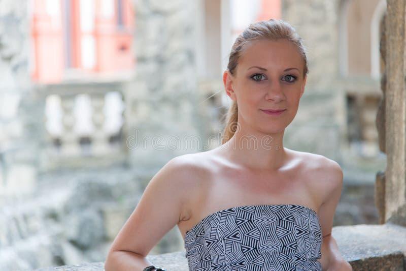 Flicka i den Prague Troja slotten arkivbild