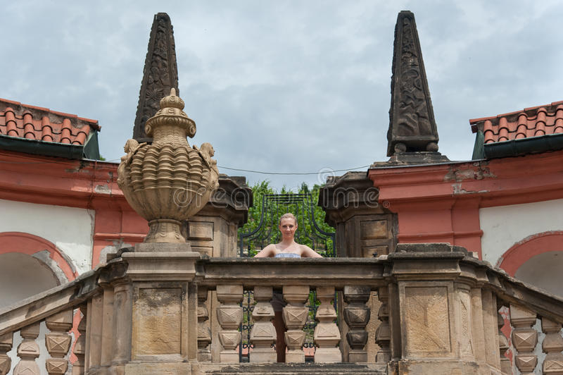 Flicka i den Prague Troja slotten arkivfoton