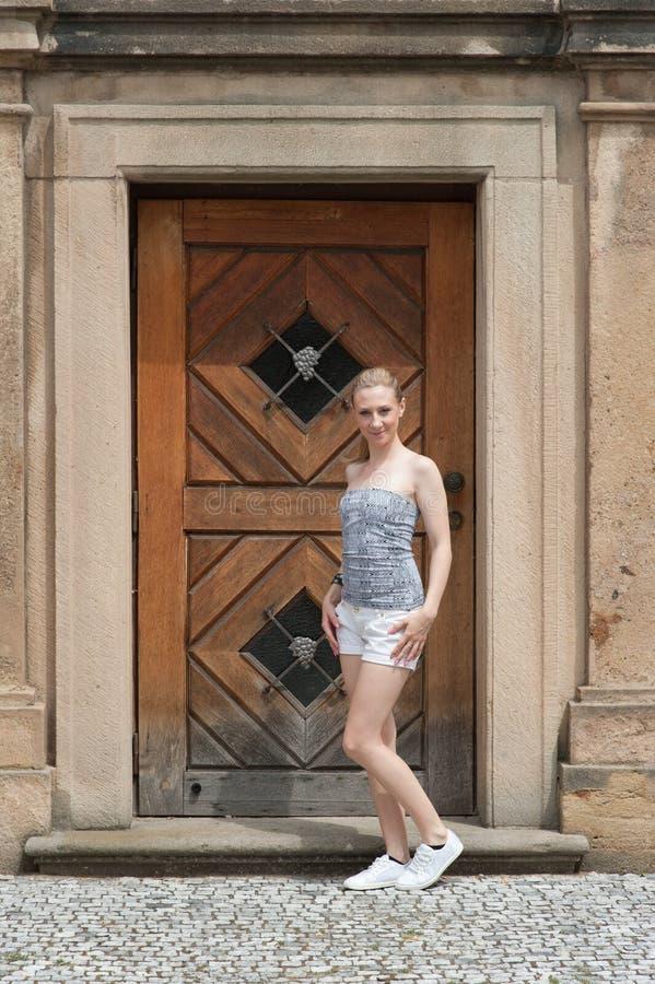 Flicka i den Prague Troja slotten royaltyfria foton