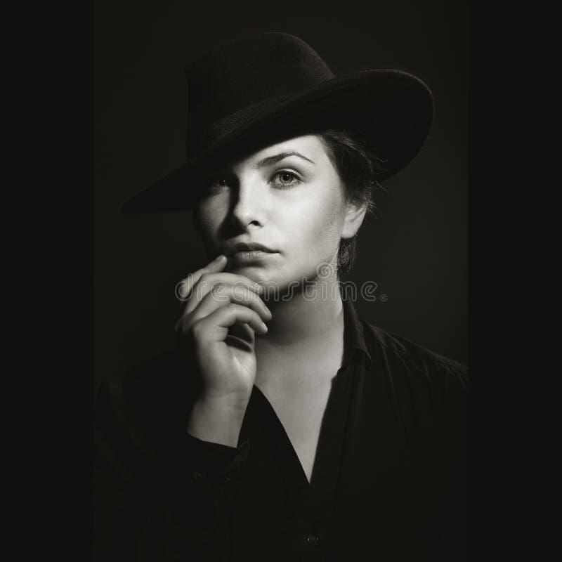 Flicka i den svartvita ståenden för hatt fotografering för bildbyråer
