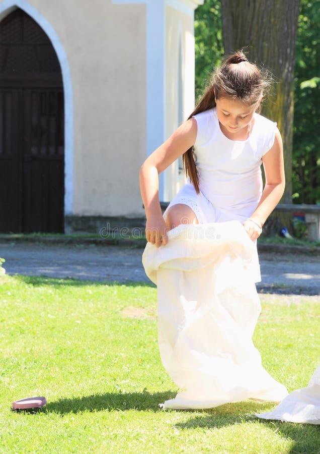 Flicka i den vita banhoppningen i säck arkivfoton