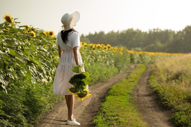 Flicka i den vita klänningen i regnet royaltyfria foton