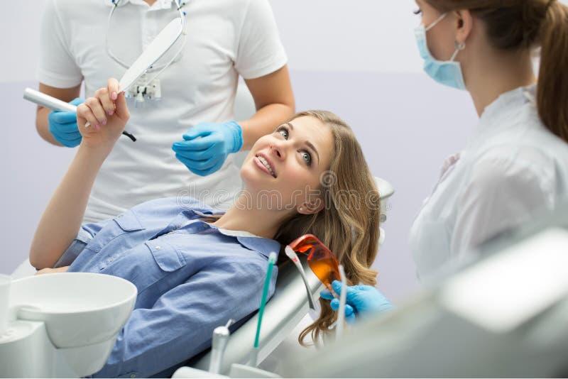 Flicka i dentistry arkivbild