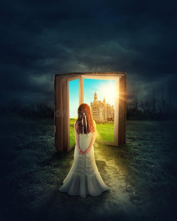 Flicka i det magiska boklandet arkivbild
