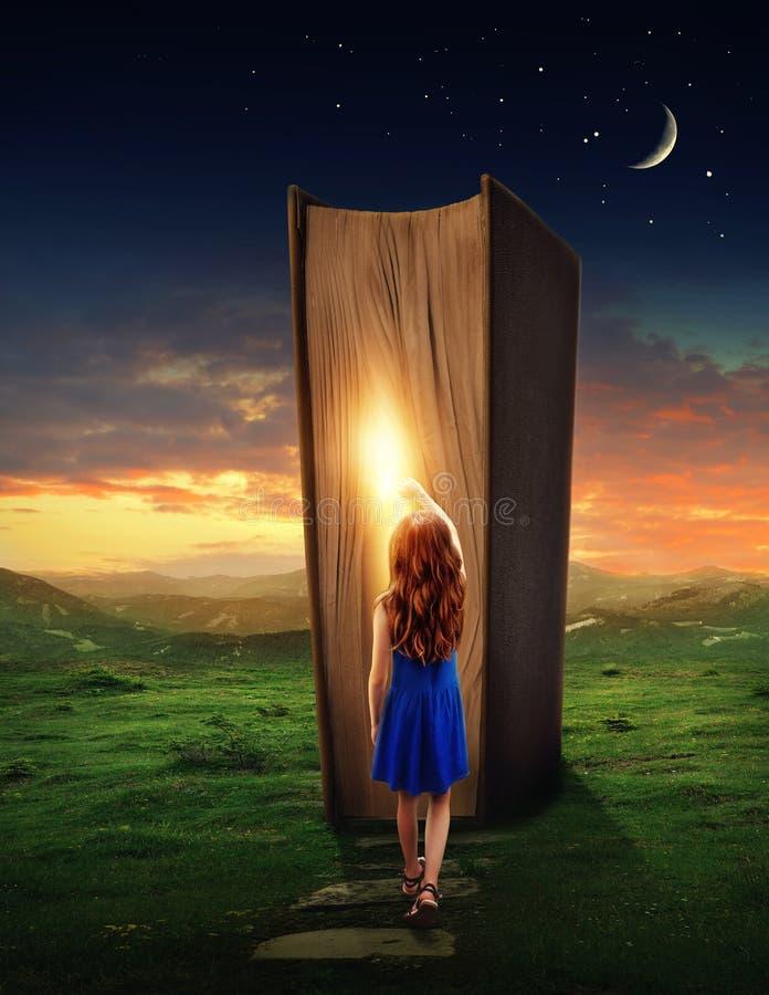 Flicka i det magiska boklandet royaltyfri foto
