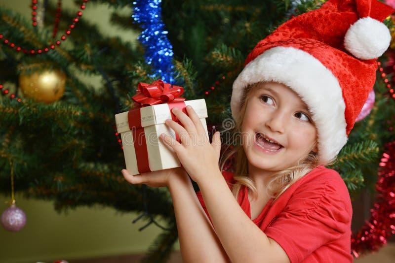 Download Flicka i det santa locket fotografering för bildbyråer. Bild av gåva - 27285327