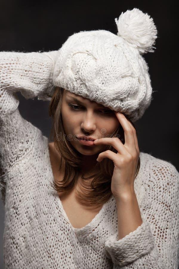 Flicka i det vita ull och locket royaltyfria foton