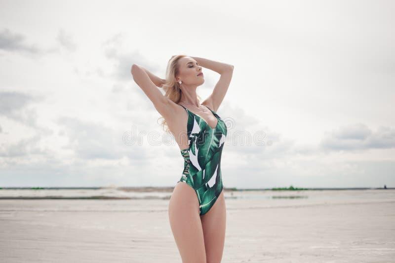 Flicka i en baddräkt på stranden fotografering för bildbyråer