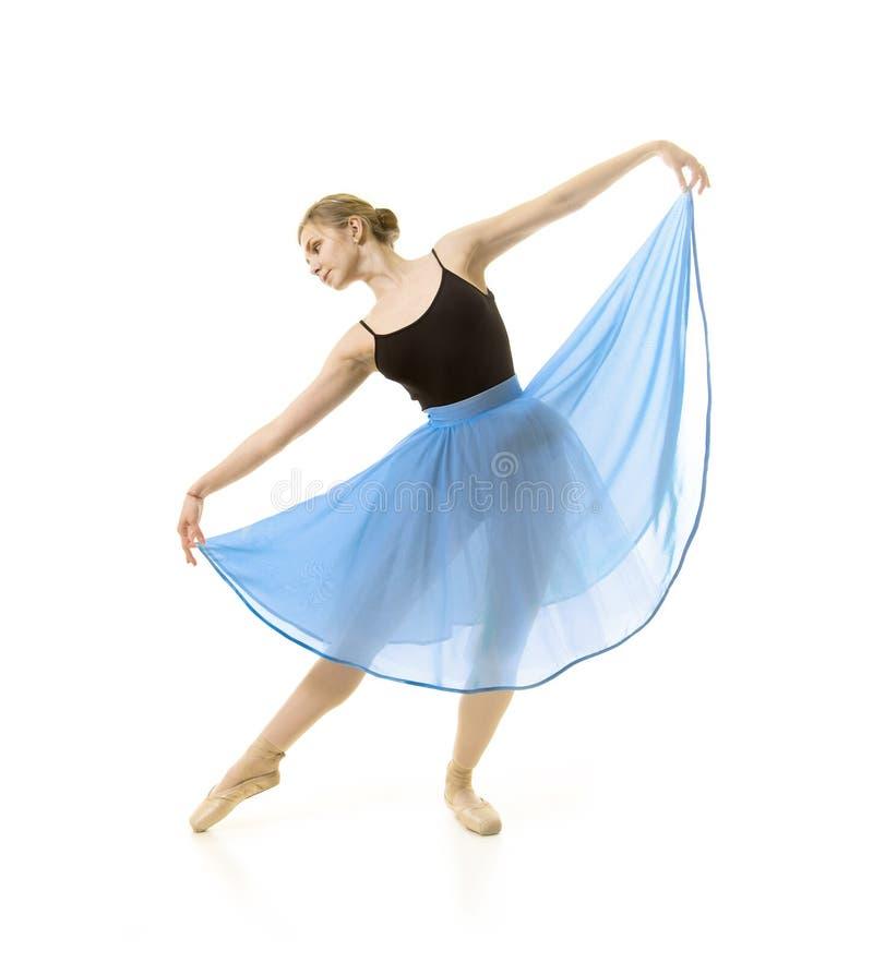 Flicka i en bl? kjol och en svart bodydansbalett arkivbild