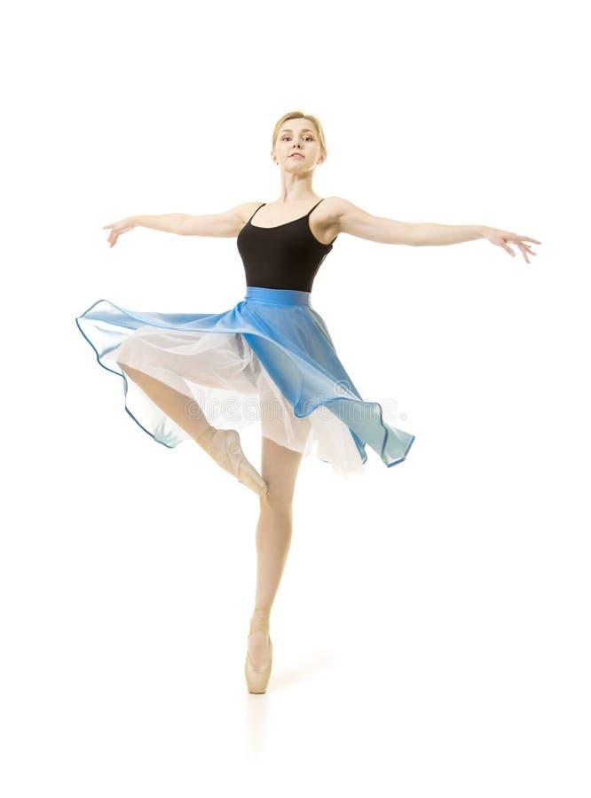 Flicka i en bl? kjol och en svart bodydansbalett arkivbilder