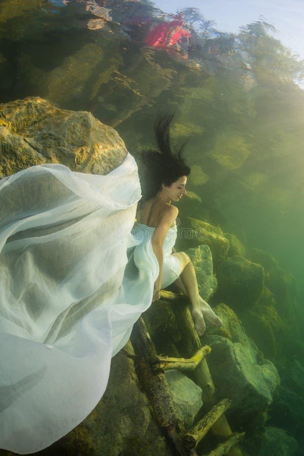 Flicka i en flod royaltyfria bilder