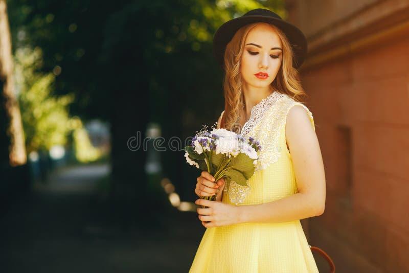 Flicka i en hatt royaltyfri foto