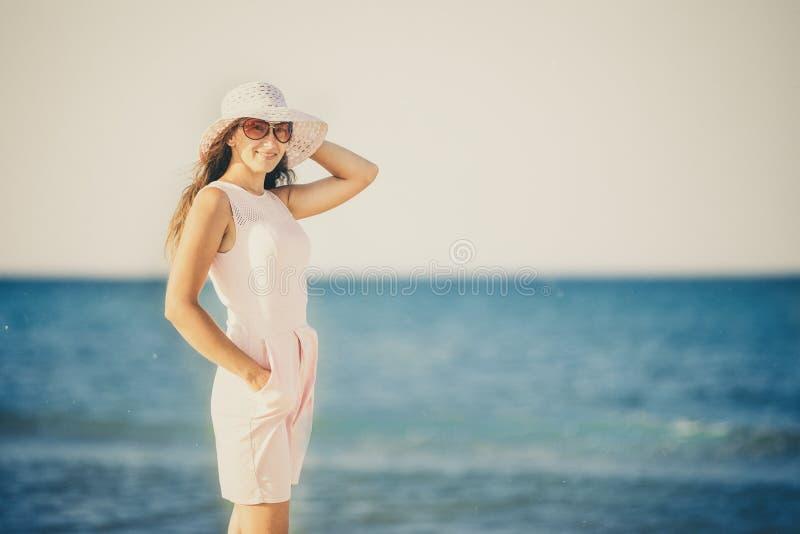 Flicka i en hatt på bakgrunden av havet royaltyfri fotografi