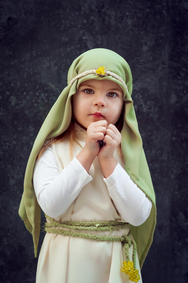 Flicka i en juldräkt Kläda för rekonstruktionen av historien av födelsen av Jesus Christ Girl i biblisk dräkt, royaltyfri fotografi