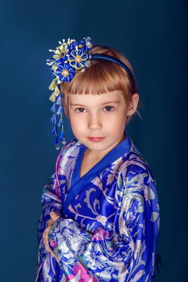Flicka i en kimono royaltyfria foton