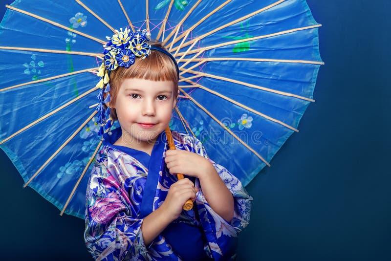 Flicka i en kimono royaltyfri foto