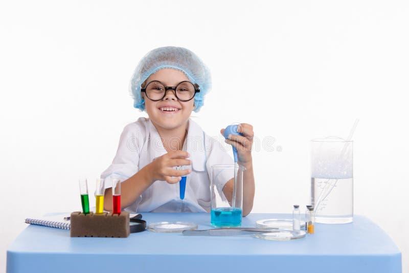 Flicka i en laboratoriumtekniker royaltyfria foton