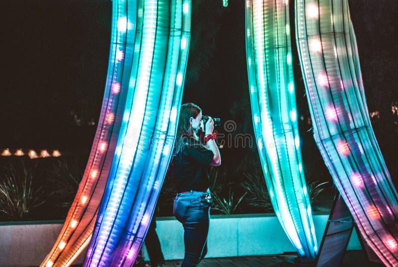 Flicka i en neonskog royaltyfria bilder