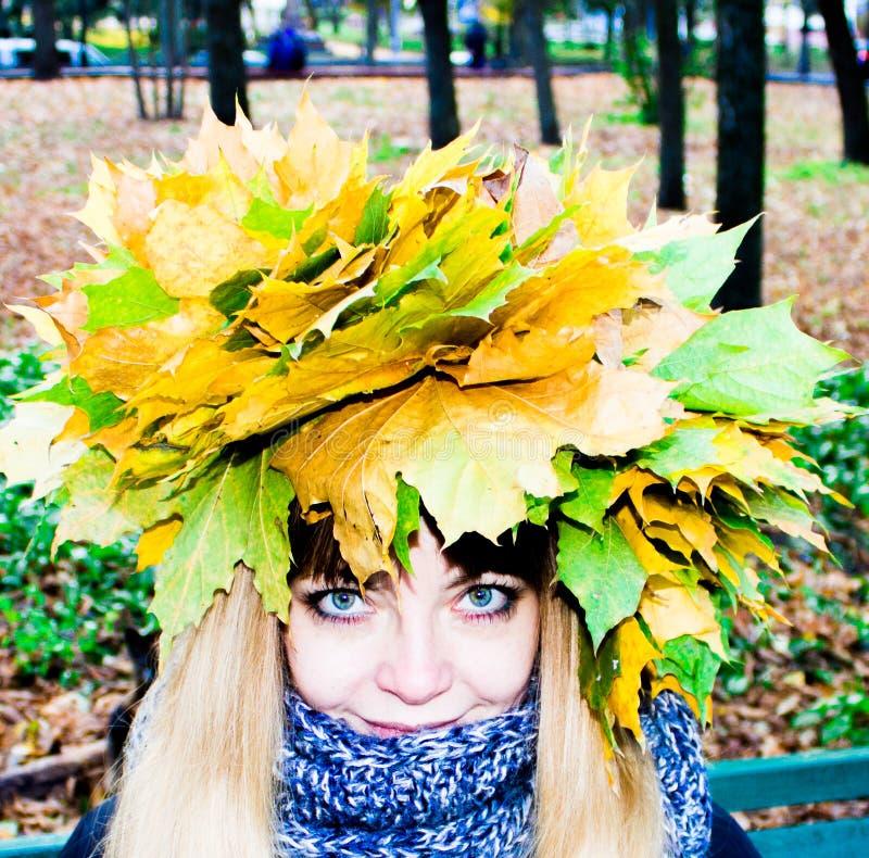 Flicka i en parkera i Wienke av höstsidor i parkera Närbild arkivfoto