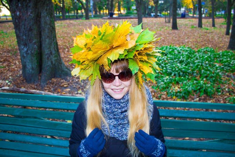 Flicka i en parkera i Wienke av höstsidor i parkera Närbild royaltyfri foto