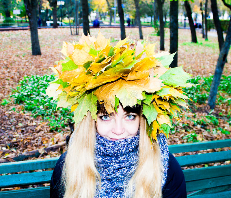 Flicka i en parkera i Wienke av höstsidor i parkera Närbild royaltyfri fotografi