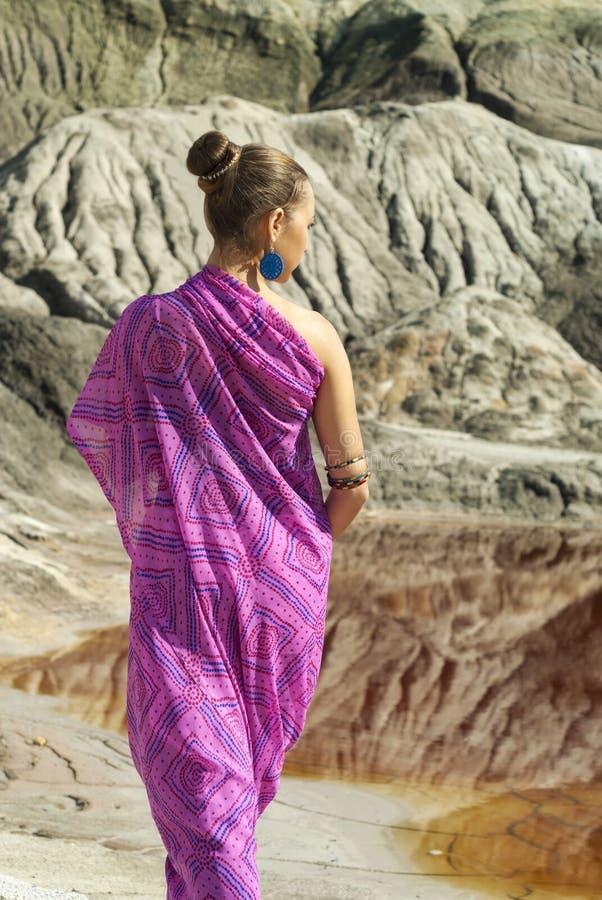 Flicka i en rosa sari arkivbild