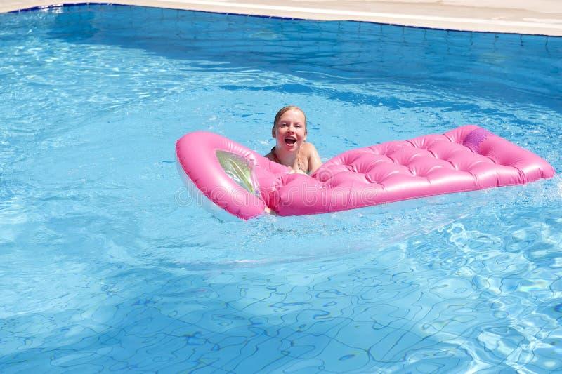 Flicka i en simbassäng arkivfoton