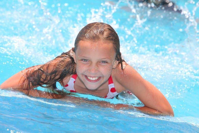 Flicka i en simbassäng royaltyfria bilder