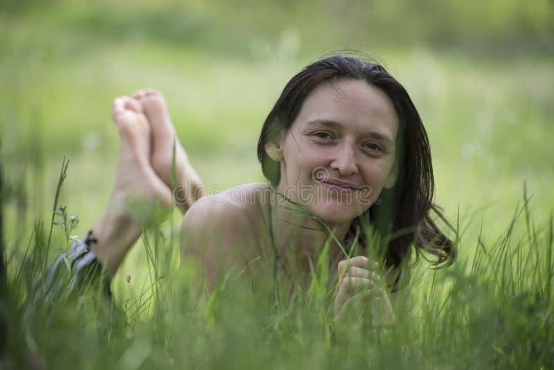 Flicka i en skogglänta arkivfoto