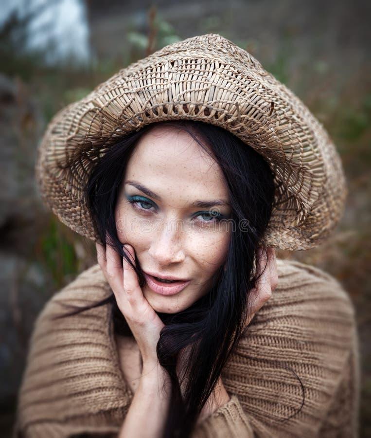 Flicka i en sugrörhatt royaltyfria foton