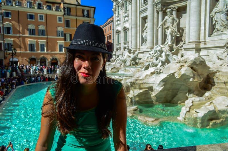 Flicka i en svart hatt nära Trevi-springbrunnen i Rome, Italien arkivbild