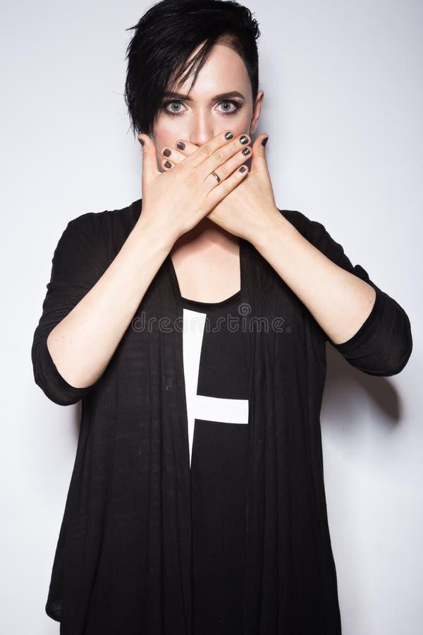 Flicka i en svart klänning med det rakade huvudet, gotisk stil för konst arkivfoto