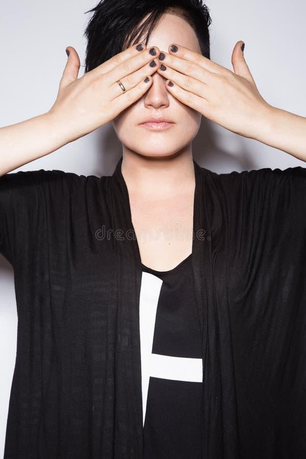 Flicka i en svart klänning med det rakade huvudet, gotisk stil för konst royaltyfri bild