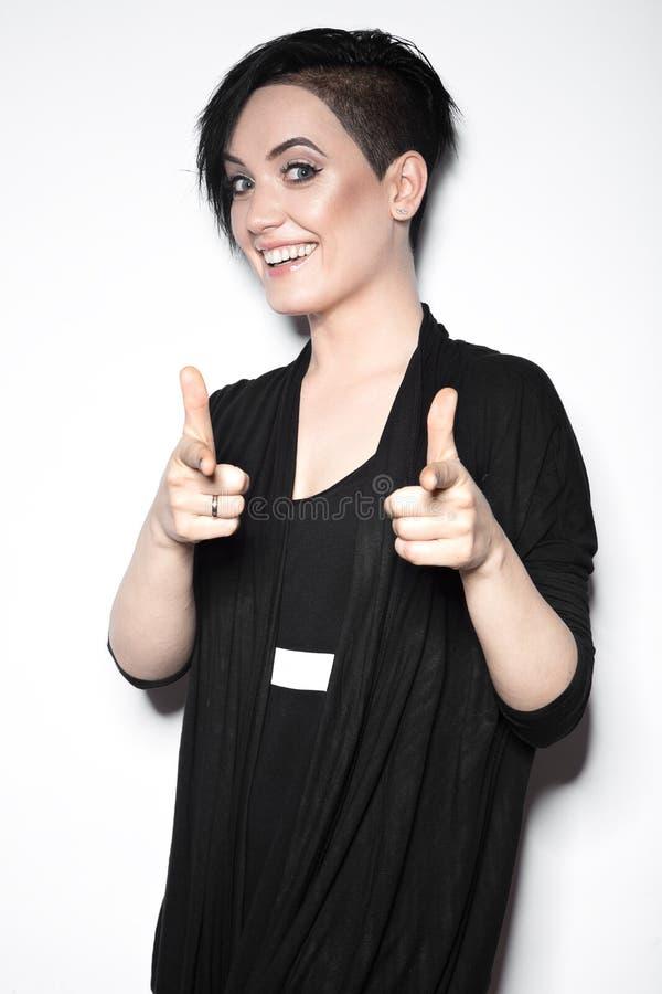 Flicka i en svart klänning med det rakade huvudet i gotisk stil för konst fotografering för bildbyråer