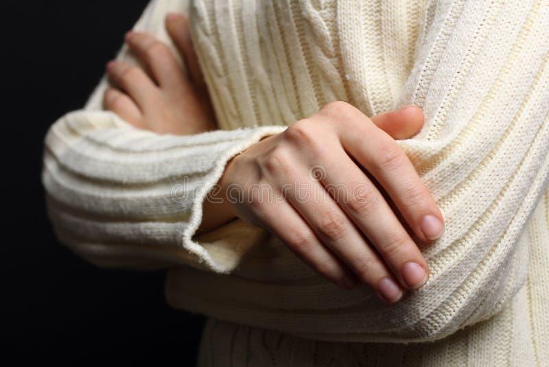 Flicka i en varm tröja arkivbild