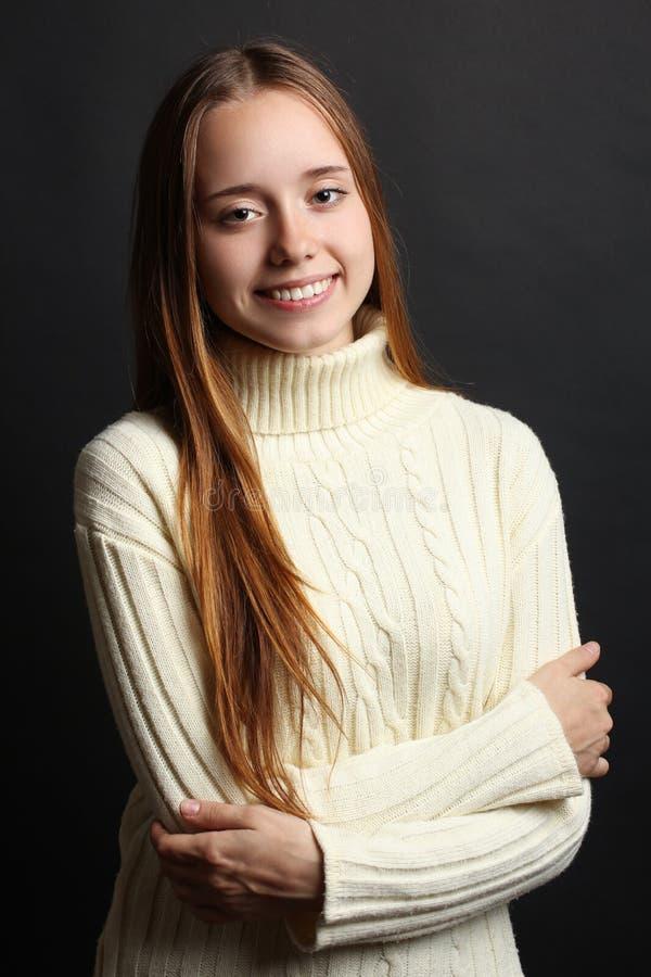 Flicka i en varm tröja arkivfoto